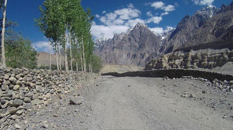 Adalah Shimshal, sebuah desa di Gojal Tehsil Distrik Hunza, di Gilgit-Baltistan Pakistan sebelah utara. Desa Shimshal ada di ketinggian 3.100 Mdpl, permukiman tertinggi di Pakistan (BBC Travel)
