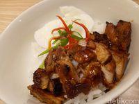 Nasi putih hangat dengan paduan ayam panggang.