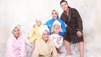 Ini keluarga besar Andhika Pratama dan Ussy Sulistiawaty yang diunggah di Instagram. Mereka sepertinya selesai mandi ya? Foto: dok Instagram Ussy Sulistiawaty