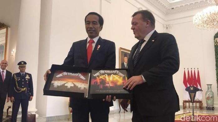 PM Denmark memberikan album piringan hitam Metallica ke Jokowi. (Bagus Prihantoro Nugroho/detikcom)