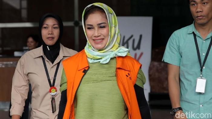 Siti Masitha Soeparno alias Bunda Sitha kembali diperiksa KPK. Ia diperiksa sebagai tersangka kasus suap pengelolaan dana dan jasa pelayanan RSUD Kardinah, Tegal.
