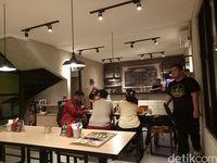 Suasana kafe E.D.C yang ada di kawasan Bintaro.
