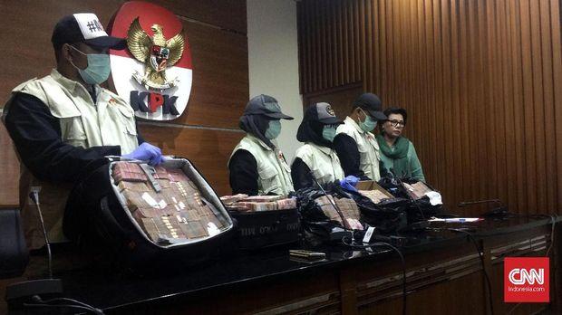 KPK memperlihatkan barang bukti uang yang disita dalam operasi tangkap tangan terhadap pejabat Pemprov Jambi dan anggota DPRD Jambi senilai uang yang disita Rp4,7 miliar.
