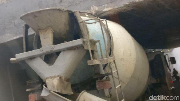 Aduh, Truk Molen 'Nyangkut' Saat Melintas di Underpass Tanah Abang