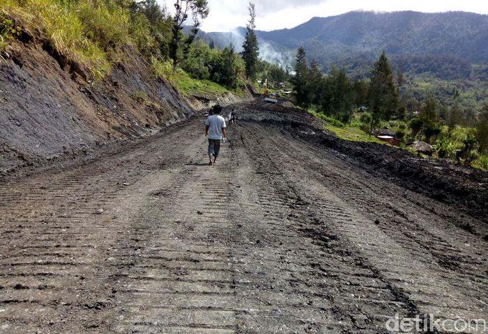 Jalan Trans Papua yang dibangun diharapkan bisa memberikan sumber pertumbuhan ekonomi baru bagi masyarakat sekitar. Pool/Kementerian PUPR.