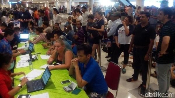 Foto: Bandara Internasional Ngurah Rai di Denpasar jadi lokasi berkumpul turis-turis yang tertahan karena tidak bisa pulang kembali ke negaranya. Terjadi kepadatan di bandara pada Selasa (28/11/2017) kemarin. (Yakub/detikTravel)