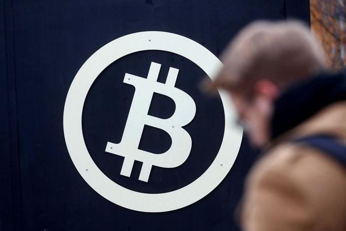 Harga per keping uang virtual, yaitu Bitcoin, akhirnya menembus US$ 10.000 atau Rp 135 juta untuk pertama kalinya. Investor yang memegang uang virtual ini tidak takut akan terjadinya bubble, dan tiba-tiba nilainya jatuh. Reuters/Files.