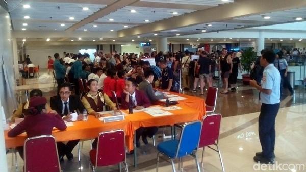 Foto: Bagi turis yang kehabisan izin tinggal, konsulat dari 13 negara membuka layanan exit pass. Lokasinya ada di Lantai 2 Terminal Keberangkatan Internasional Bandara Ngurah Rai. Layanan ini buka 24 jam. (Yakub/detikTravel)