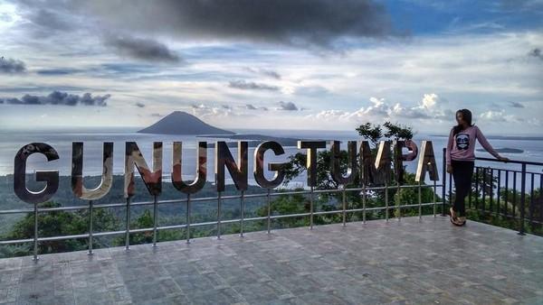 Dari atas puncak Gunung Tumpa, pengunjung dapat menikmati pemandangan indah berupa Gunung Lakon (Kota Tomohon) disisi selatan Kota Manado, Gunung Klabat (Kabupaten Minahasa Utara), dan Pulau Manado Tua di sisi barat Teluk Manado. Dok. endarachman/Instagram