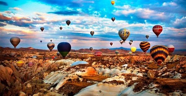 Yuk, berdoa pandemi ini usai hingga kita bisa datang langsung dan mengabadikan momen indah ini. (Anatolian Balloons Cappadocia)