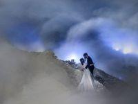 Ekstrem! Pasangan Ini Foto Prewedding di Gunung Berapi