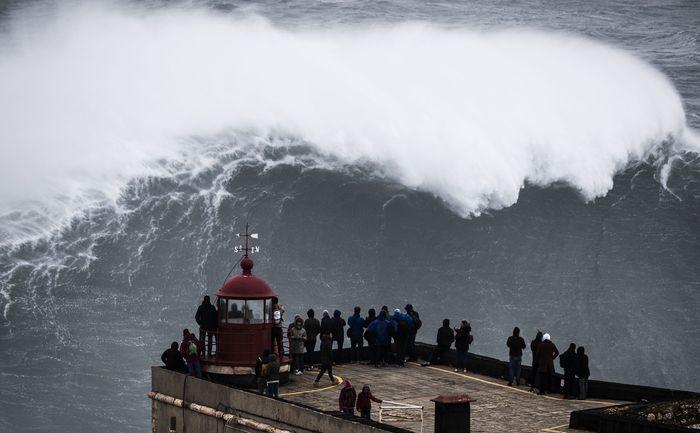Praia do Norte di Portugal menjadi sangat dikenal para peselancar dari seluruh dunia setelah pada 2011 Garrett McNamara memecahkan rekor karena sukses menunggangi ombak setinggi 78 kaki (sekitar 23,7 meter). (Lars Baron/Getty Images)