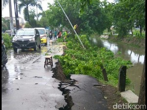 Akses Jalan Menuju Mangrove Surabaya Ambles