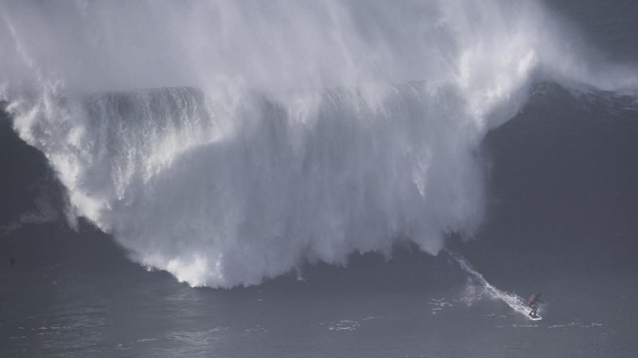 NAZARE, PORTUGAL - DECEMBER 16:  Huge waves are seend at Praia do Norte on December 16, 2016 in Nazare, Portugal. Because of the strong wind surfers could not ride the big waves.  (Photo by Lars Baron/Getty Images)