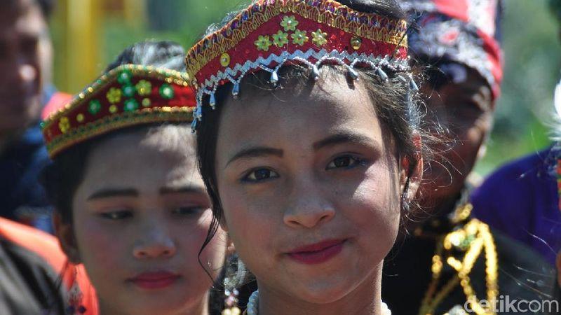 Berdasarkan catatan sejarah yang ada, desa-desa di kawasan Danau Lindu sudah mulai terbentuk sejak abad 17. Inilah salah satu perempuan eksotik yang menjadi salah satu pesona di sana (Mohammad Jafar Bua/detikTravel)