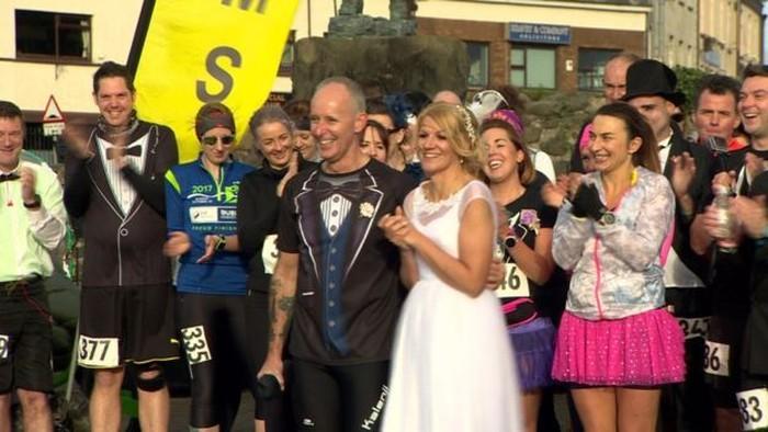 Gary Connolly dan Gillian Cordner awalnya bertemu dalam sebuah acara maraton. Keduanya menjalin hubungan lalu memutuskan untuk menikah. (Foto: BBC)