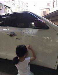 Ada Alasan Haru di Balik Pria yang Biarkan Anak Melukis di Mobilnya