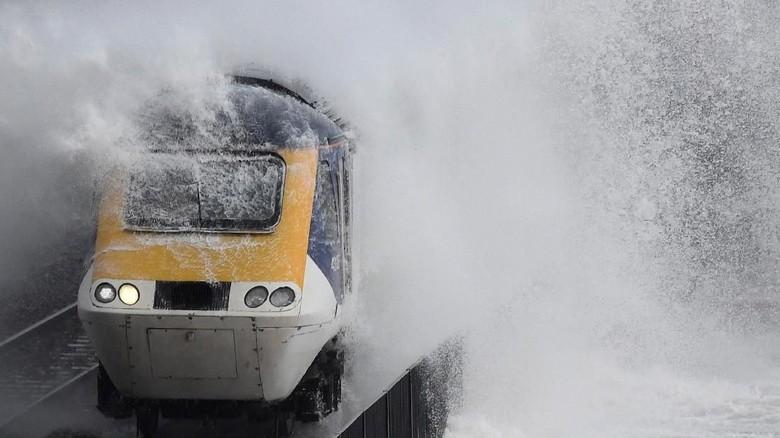 Foto: Ngeri! Ada Kereta Api Diterjang Badai di Inggris