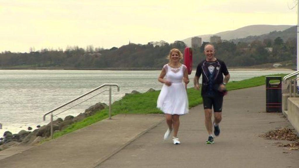 Foto: Pasangan Ini Rayakan Pernikahannya Sambil Lari Maraton
