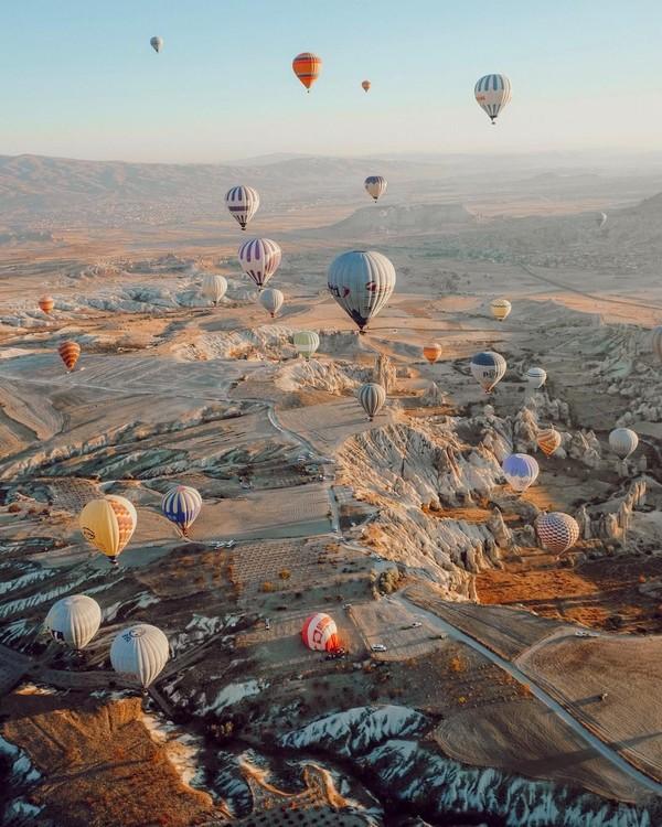 Dari ketinggian, kamu bisa melihat bukit-bukit batu, gua, dan dataran purba yangterbentuk dari struktur lava dan abu vulkanik dari gunung api di Cappadocia jutaan tahun lalu. (Anatolian Balloons Cappadocia)