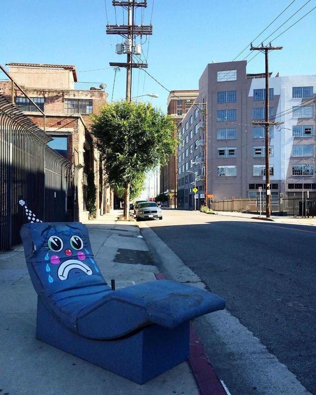 Seniman itu suka menggambar di berbagai benda yang dibuang pemiliknya, terutama yang paling banyak adalah sofa. Foto: Instagram/Lonesome Town