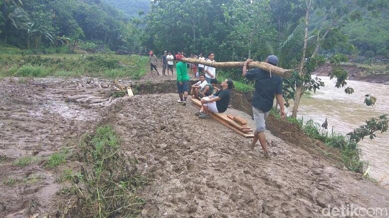 Jembatan Diterjang Banjir, Warga di Dusun Wunut Bantul Terisolir