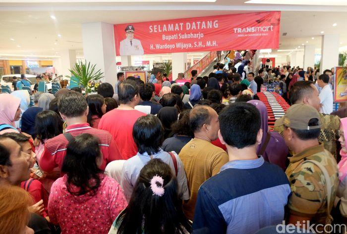 Penampakan warga yang berbondong-bondong ke Transmart Sukoharjo, Solo, Jawa Tengah, Jumat (1/12/2017).