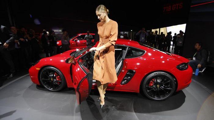 Sharapova mengenakan gaun oranye ketika datang ke Los Angeles Auto Show di Los Angeles, Amerika Serikat, Rabu (29/11/2017). Dia terlihat anggun dengan gaun tersebut. Foto: Mike Blake/Reuters