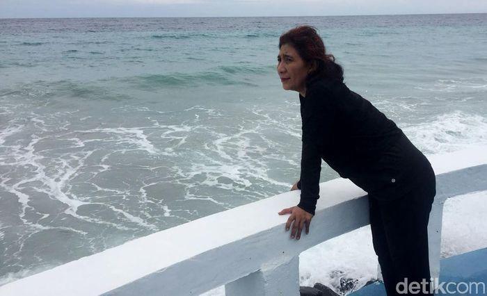 Menteri Kelautan dan Perikanan Susi Pudijiastuti saat menikmati debur ombak di Pantai Sabang, Aceh.