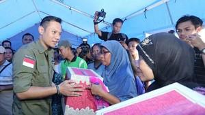 Gerilya AHY Bantu Korban Banjir Pacitan Hingga ke Desa