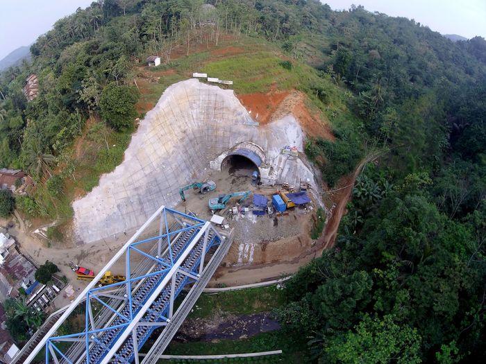 PT PP (Persero) Tbk saat ini tengah membangun proyek Terowongan Notog BH 1440 yang merupakan proyek terowongan double track pertama di Indonesia dan proyek terpanjang di Indonesia sepanjang 471 meter dengan menggunakan metode NATM (New Austrian Tunnel Method). Dok. PT PP (Persero) Tbk.