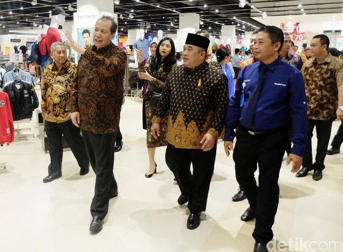 Founder and Chairman CT Corp Chairul Tanjung (CT) saat berkeliling gerai Transmart Carrefour di Sukoharjo.