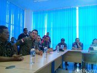 SBY Sekeluarga Rapat Bareng Soekarwo di Posko Bencana Pacitan
