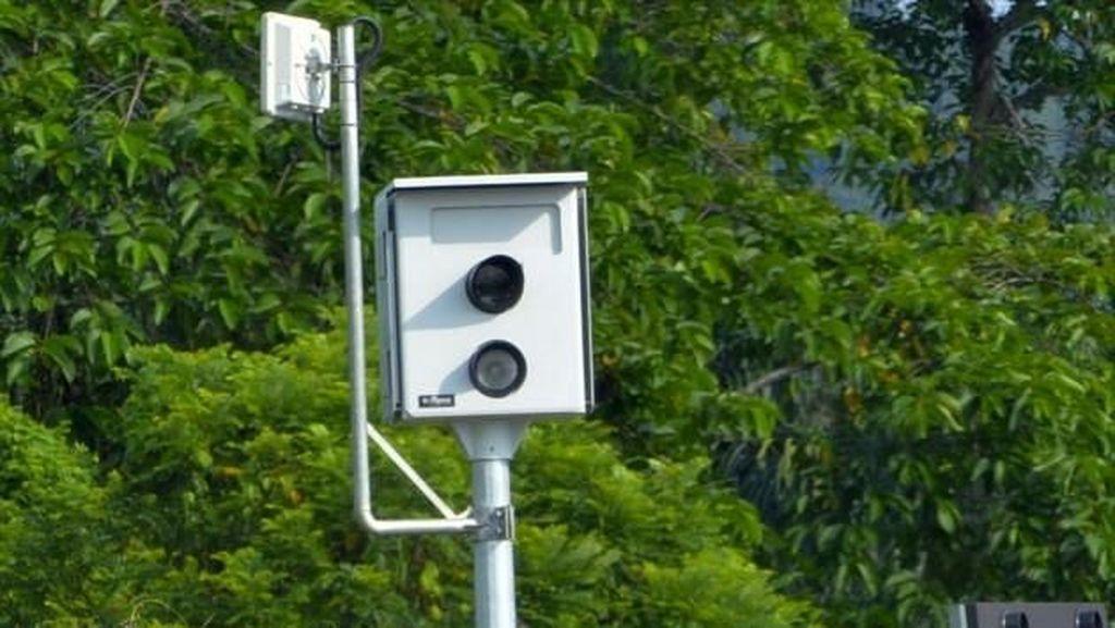 Malaysia Pasang CCTV Pemantau Pengendara yang Asyik Main HP