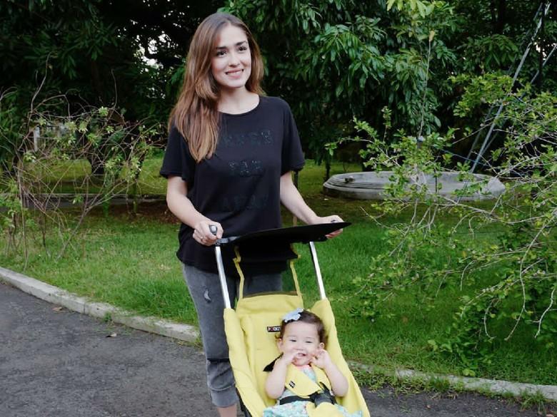 Putrinya Mulai Aktif Bergerak, Yasmine Wildblood Kelelahan