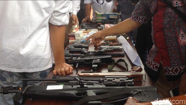 Dalam rilis ini, polisi juga menampilkan dua orang pemasok senjata ke dr Helmi