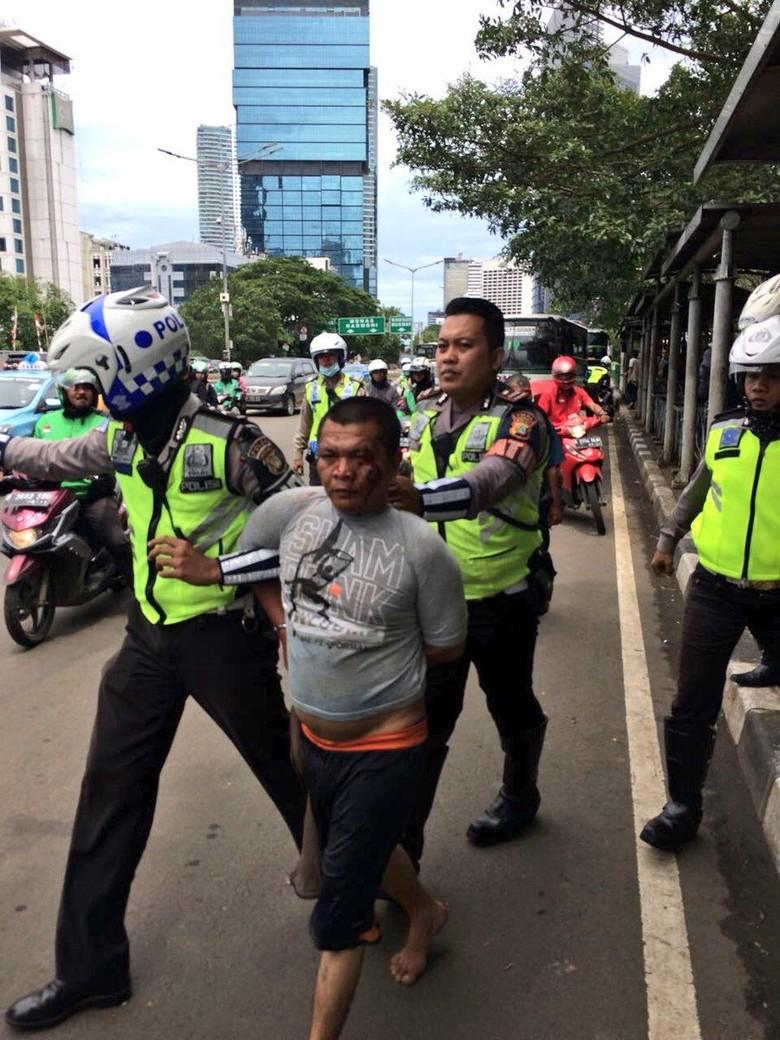 Pria yang Coba Tusuk Polisi Sempat Ribut dengan Orang Lain