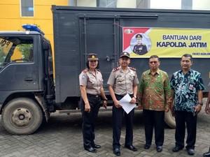Bantuan Logistik Polda Jatim Diserahkan ke Korban Banjir Pacitan