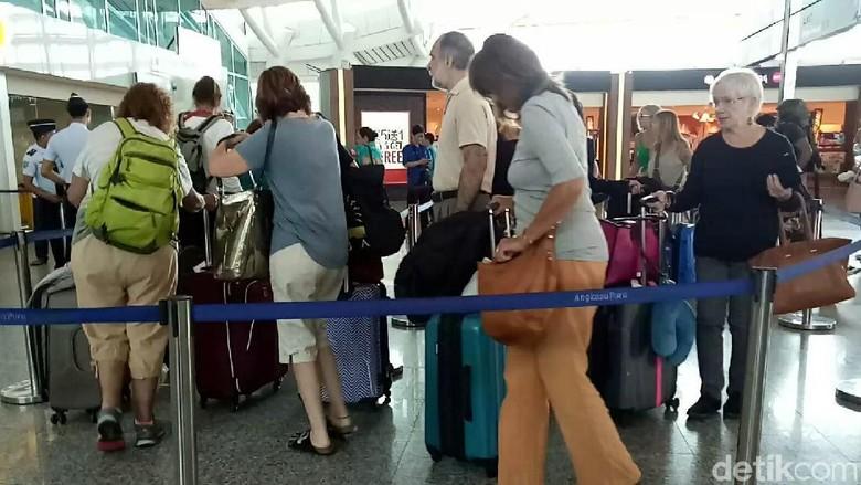 Wisatawan meninggalkan Bali (Ardian Fanani/detikTravel)