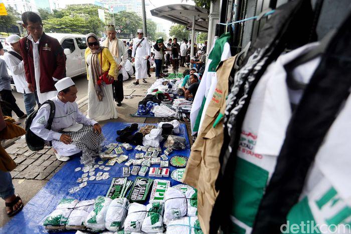 Para pedagang menggelar dagangan di atas trotoar di sekitar Monas, Jakarta.