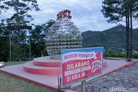 Selain bisa melihat Sawahlunto, traveler juga bisa menemui Monumen Cinta. Kamu bisa mengikat cinta dengan gembok di situ (Randy/detikTravel)