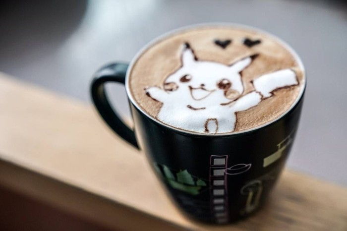 Salah satu pemilik akun Barista_meow selalu mengabadikan secangkir kopinya dengan hiasan latte art bergambar lucu. Salah satunya dapat membuat anak kelahiran 90-an bernostalgia, termasuk secangkir kopi dengan latte art pokemon.Foto: Barista_meow