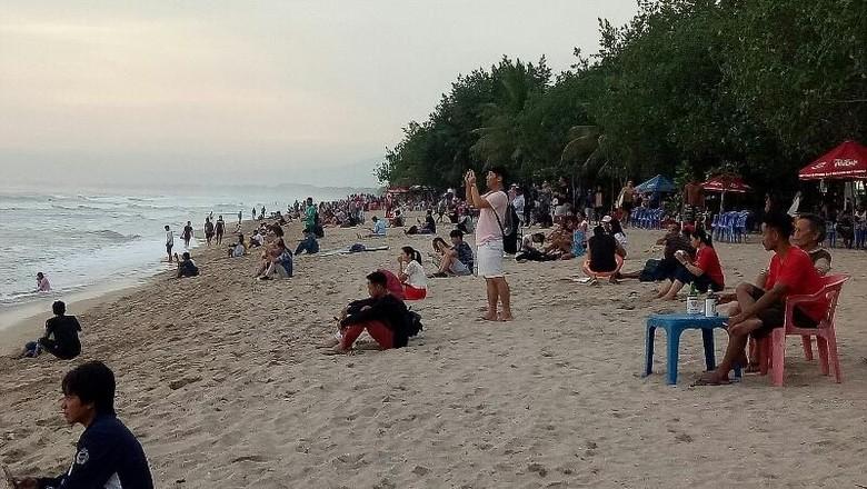 Foto: Pantai Kuta yang tetap ramai turis (Ardian Fanani/detikTravel)