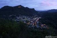 Panorama Sawahlunto ketika malam tiba. Pendar lampu semakin menambah keindahan (Randy/detikTravel)