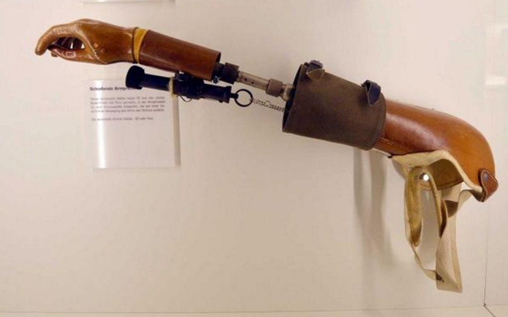 Senjata berbentuk tangan palsu di Spy Museum di Oberhausen, Jerman. Untuk menembakkan pistol yang tersemat di dalamnya, hanya perlu menjentikkan jari dan mengarahkannya pada musuh. Foto: Pinterest Craig Ratcliffe via Brightside