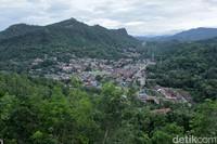 Panorama Kota Sawahlunto dari ketinggian saat sore. Tampak juga papan tulisan Sawahlunto yang berukuran besar di sisi kirinya (Randy/detikTravel)