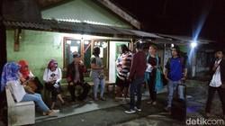 Hari AIDS Sedunia yang jatuh tiap 1 Desember diperingati dengan berbagai cara. Di Semarang, relawan membagikan kondom di lokalisasi.