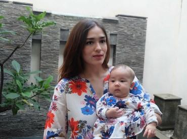 Kompakan pakai baju kembaran, Sera dan Bunda Yasmin sama-sama cantik ya. (Foto: Instagram/yaswildblood)