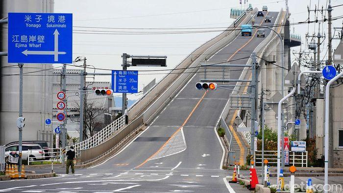 Jembatan yang menghubungkan kota Matsue, Prefektur Shimane dan Sakaiminato, Prefektur Tottori ini dibangun di atas danau Nakaumi. Jembatan ini mulai konstruksi pada 1997 sampai 2004.