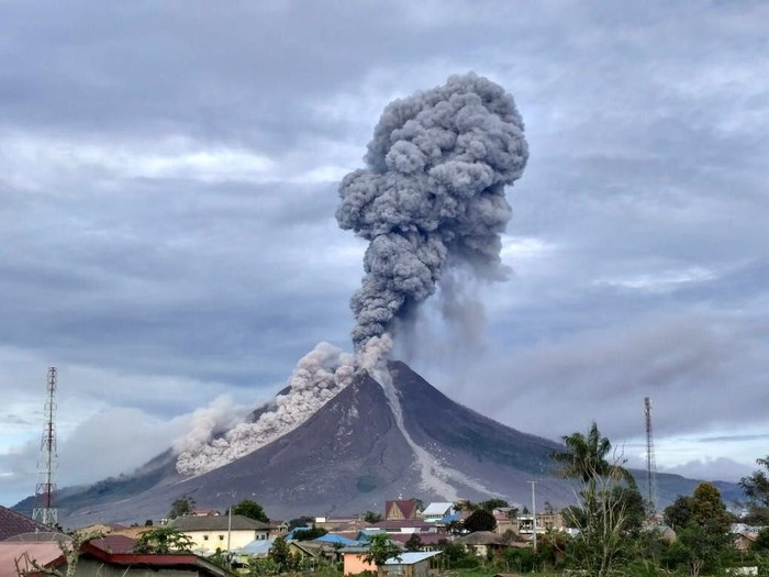 Gunung Sinabung saat erupsi beberapa waktu lalu (Foto: Dok. BNPB)
